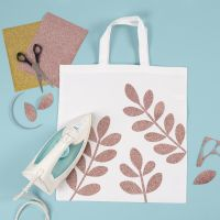 Textilkasse dekorerad med blad av stryktyg