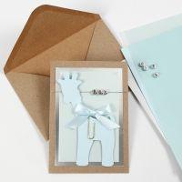 Dopinbjudning med giraff i kartong och bokstavspärlor