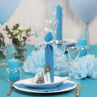 Bordsdukning och bordsdekoration i ljusblå med pappersblommor, ballonger, servetter vikta som torn och bordskort.