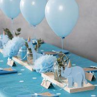 Dop med trädjur, servettvikning, menykort, pompomer och heliumballonger.