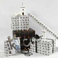 Presentinslagning i svart och vitt med fyrtorn och ljusslinga