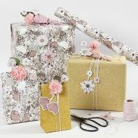 Presentinslagning med blomsteretiketter och blommor av silkespapper.