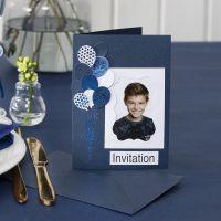 Inbjudningskort med foto och utstansade ballonger dekorerade med dekorationsfolie