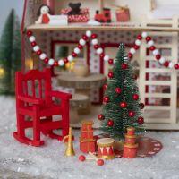 Nissen dekorerar Jultomtens hus