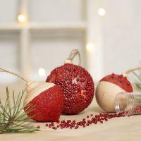 Julkulor dekorerade med hobbyfärg, sticky base och miniglaskulor