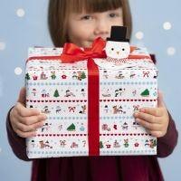Julklappsinslagning med polarmotiv och pop-up snögubbe som presentetikett.