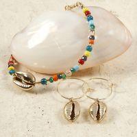 Pärlarmband och örhängen med förgyllda snäckor.