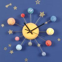 Klocka dekorerad med Silk Clay planeter och stjärnstickers på bonzaitråd