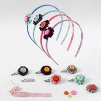 Hårdekoration med blommor av velourband med knappar