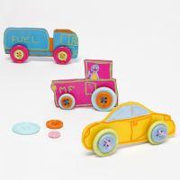 Bilar av dekorerad krympplast med knappar som hjul