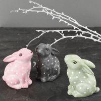 Kaniner av porslin dekorerade med porslinsfärg och porslinstusch