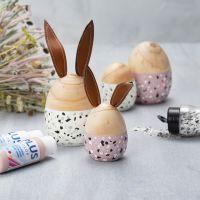 Ägg och hare av trä målas med Plus Color och dekoreras med terrazzoflakes