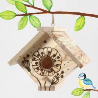 Ett fågelhus dekorerat med brännpenna