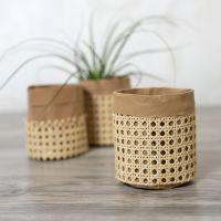 Förvaringspåse av läderpapper dekorerad med rörflätning