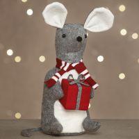 En sydd julmus av filt med ett litet paket