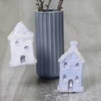 Hängande julhus dekorerade med Sticky Base och glitter