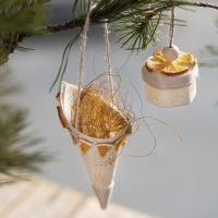 Strut av träfaner med stämplar och naturdekorationer