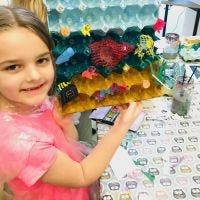 Hav och fisk av dekorerade äggkartonger och plastavfall