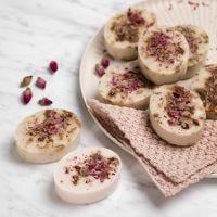 Handgjorda tvålar av shea med vanilj och rosenblad