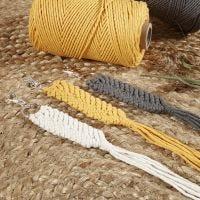 Makramé nyckelring av knytsnöre