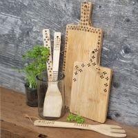 Köksredskap av bambu dekorerad med brännpenna