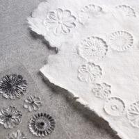 Så här gör du handgjorda papper med relief
