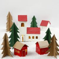 Juleby af mælkekartoner og træer i genbrugspap