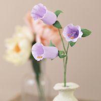 Klockformade blommor av kräppapper